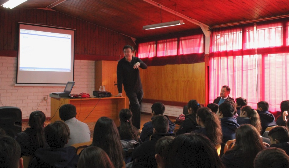 Manuel del Pino presents a motivational talk at Escuela Villa Santa Elena in El Bosque